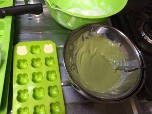 カエル型チョコを作るケースと抹茶チョコレートを溶かす様子