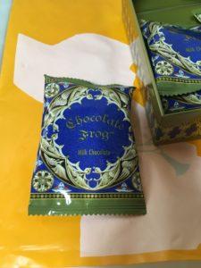 缶のカエルチョコレートの個包装