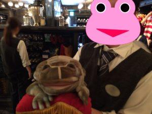 フロッグクワイアのカエルとスタッフさん