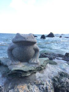 二見興玉神社のかえると夫婦岩と海