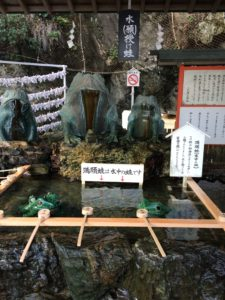 二見興玉神社の手水舎とかえる