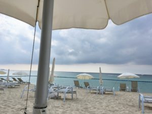 ザ・ブセナテラスの曇った日の海岸