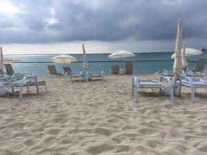 ザ・ブセナテラスの曇った日の海と砂浜とパラソル
