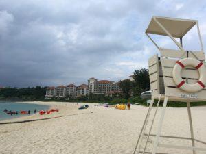 ザ・ブセナテラスの曇った日の海と砂浜とホテル外観