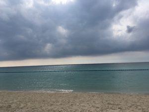 ザ・ブセナテラスの曇った日の海と砂浜