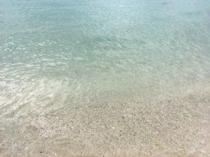 ザ・ブセナテラスの曇った日の海の透き通った色
