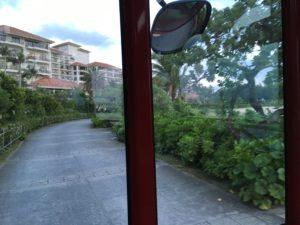 ザ・ブセナテラスのシャトルバスから見えるホテルの外観