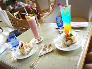ザ・ブセナテラスのティーラウンジ「マロード」のスペシャルドリンクと黒糖フルーツロール