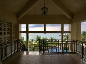ザ・ブセナテラスの廊下から見える屋外プールと空と海