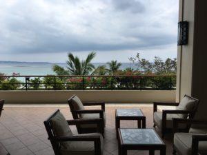 ザ・ブセナテラスのチェックインをするスペースと海