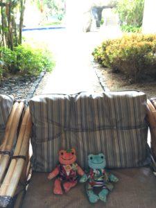 ザ・ブセナテラスの外の通路にあるソファ