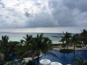 ザ・ブセナテラスの屋外プールと外の海