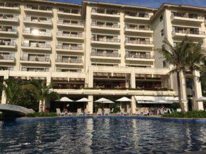 ザ・ブセナテラスの屋外プールとホテル外観