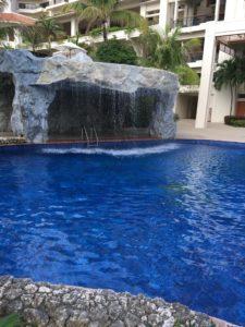 ザ・ブセナテラスの屋外プールと滝みたいなところ