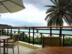 ザ・ブセナテラスのカフェテラス「ラ・ティーダ」のテラス席と海