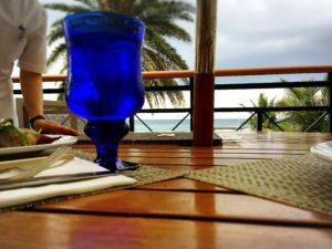 ザ・ブセナテラスのカフェテラス「ラ・ティーダ」のテラス席とグラス
