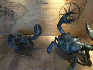 ザ・ブセナテラスのレストラン「ランブルフィッシュ」のロブスター像とカニ像