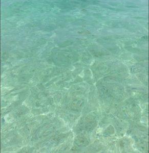 ザ・ブセナテラスの晴れた日のビーチの海の透き通った色