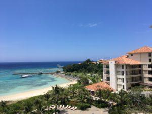 ザ・ブセナテラスの晴れた日の海の景色とホテル外観