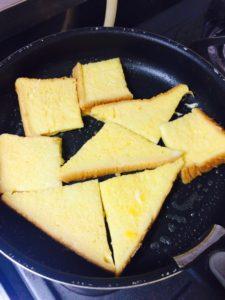 油とバターでフレンチトーストを焼く様子1