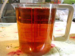 めんつゆと水と計量カップ
