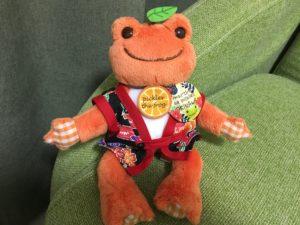 マルシェ・ド・ピクルス沖縄で購入したエイサー衣装を着るカエルのピクルスのぬいぐるみ