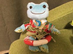 マルシェ・ド・ピクルス沖縄で購入したかりゆしウェアを着るカエルのピクルスのぬいぐるみ