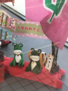 那覇の旭ヶ丘公園近くの写真館のカエルの人形2