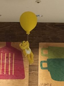 かえるのピクルスの2019年ハンズカフェとのコラボ時の店内の黄色い風船とぬいぐるみ