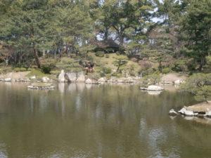 縮景園の池の景色