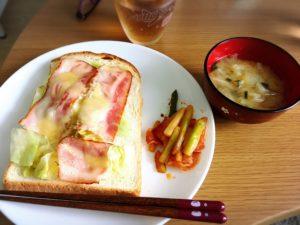 ベーコンとレタスとチーズのトースト