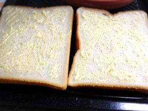 食パンにバターを塗り広げた様子