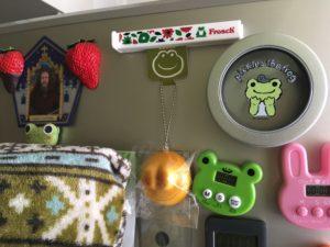 洗剤フロッシュのおまけのフードクリップを冷蔵庫に貼っている様子
