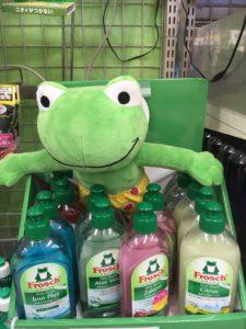 売り場のフロッシュ洗剤とキャラクターのフロッケの人形