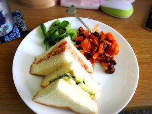 ハムサンドとたまごきゅうりサンドと野菜炒め