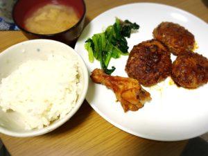 赤ワインで味付けしたハンバーグとチキンと小松菜のおひたしと白飯とみそ汁