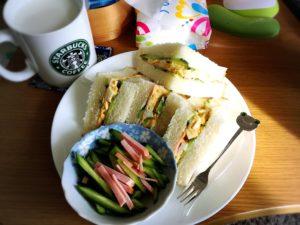 ハムエッグきゅうりサンドイッチとハムきゅうり千切り小皿
