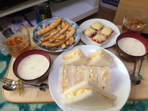 たまごサンドイッチと食パンの耳のフレンチトーストと食パンのピザトースト風