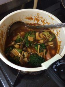 煮込みハンバーグのブロッコリーときのこ入りのソース
