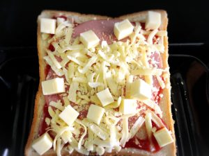 ハムと固形チーズとミックスチーズのトーストの準備段階