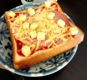 ハムと固形チーズとミックスチーズのトースト