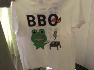 SUZURIで販売中のみらケロ作「BBQを楽しむカエルくんTシャツ」表面