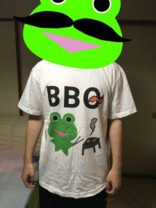 SUZURIで販売中のみらケロ作「BBQを楽しむカエルくんTシャツ」を着用した様子・表面