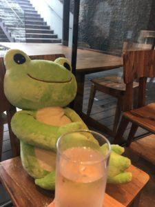 かえるのピクルス2018年コラボカフェ大阪の大きなかえると水