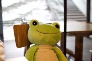 かえるのピクルス2018年コラボカフェ大阪の店内に座る大きなかえるのピクルス