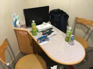 フェリーさんふらわあのスタンダード客室のテーブルとイス