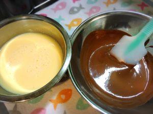 ケーキの材料として溶かしたチョコレートのボウルと卵と牛乳を混ぜたボウル