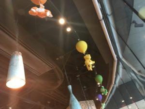かえるのピクルス2018年コラボカフェ大阪の風船で飛ぶピクルスたち