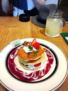 かえるのピクルス2018年コラボカフェ大阪のブルーベリーパンケーキとジュース