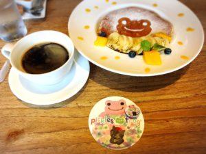 かえるのピクルス大阪イベント2019コラボカフェのパンケーキと珈琲と缶バッジとコースター